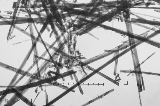 Asbest, hier onder een microscope, komt in zes vormen voor in de natuur.