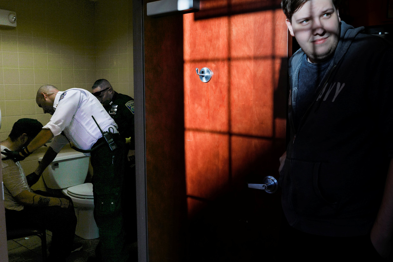 Ambulancemedewerkers behandelen een man die een overdosis heeft genomen in de toiletten bij een donutwinkel in Everett, Massachusetts, een van de voorsteden van Boston.  Beeld Reuters