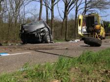 Man rijdt tegen boom in Asten: ernstig gewond in traumahelikopter naar ziekenhuis