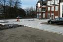 Op de plek waar de Groene Villa van Winy Maas moet komen, liggen nu stelplaten voor parkeerders in het centrum van Sint-Michielsgestel.