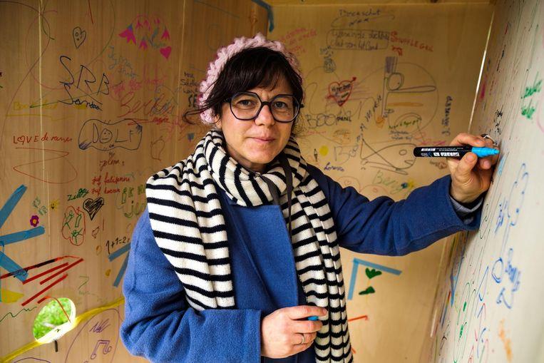 Kunstenares Carolina Tafalla in haar cabine.