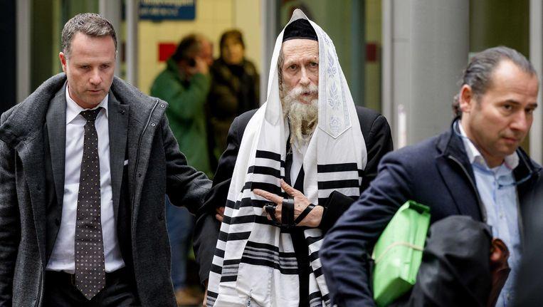 De van ontucht verdachte Israëlische rabbijn Eliezer Berland (midden).