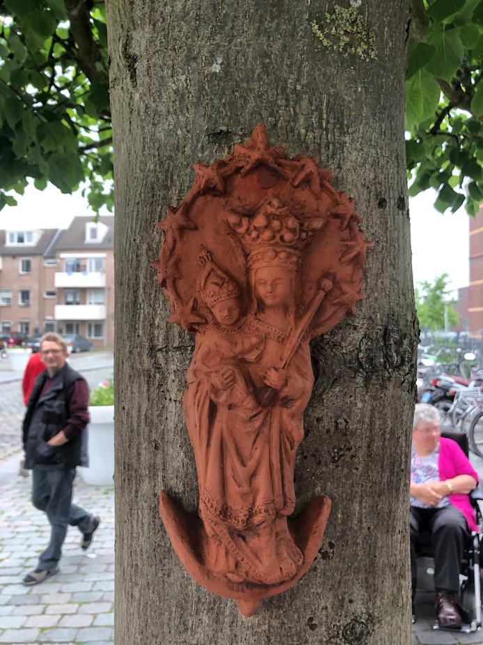 Het beeldje in de boom.