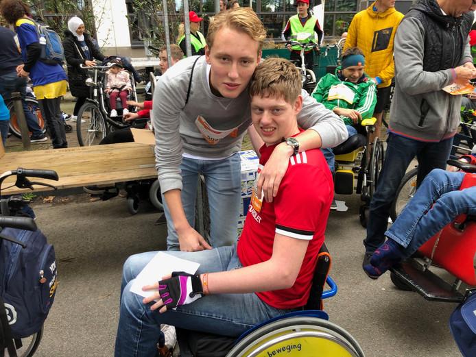 Rick (rechts) en zijn broer Coen Govaard voor de start van de 5KM4ALL van de Marathon Eindhoven.