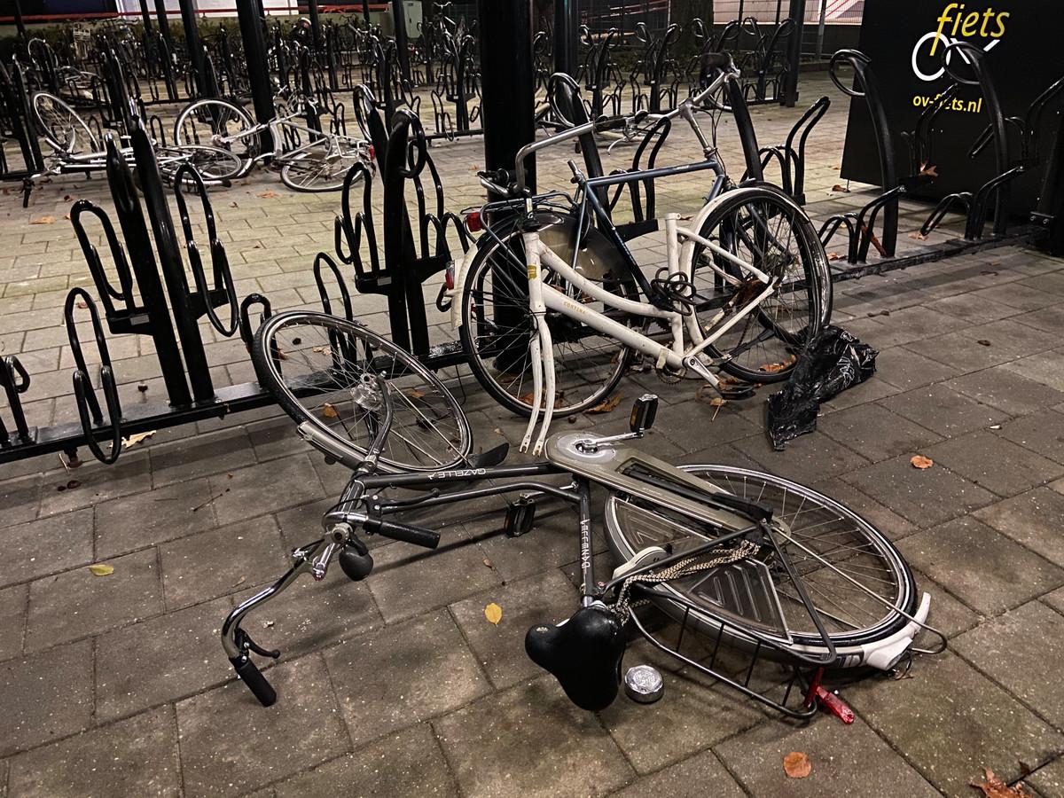 Vernielde fietsen op het station in Vroomshoop.
