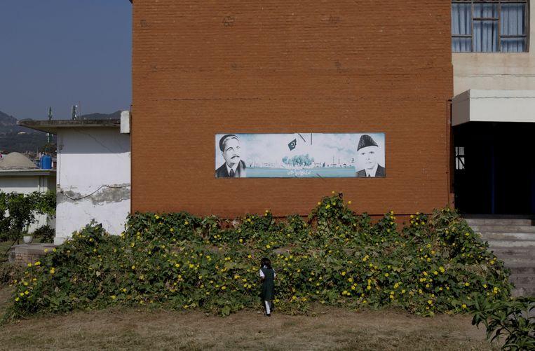 Een monument bij een meisjesschool in de Pakistaanse hoofdstad Islamabad met portretten van Mohammad Ali Jinnah (r), de grondlegger van Pakistan, en Allama Iqbal, dichter en filosoof en inspirator van de onafhankelijkheidsbeweging. Dina Wadia  was Jinnah's enige dochter. Beeld REUTERS