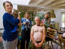 Mannen gaan bloot voor gehandicapte katten: 'Kater Hans laat zich gewillig fotograferen'
