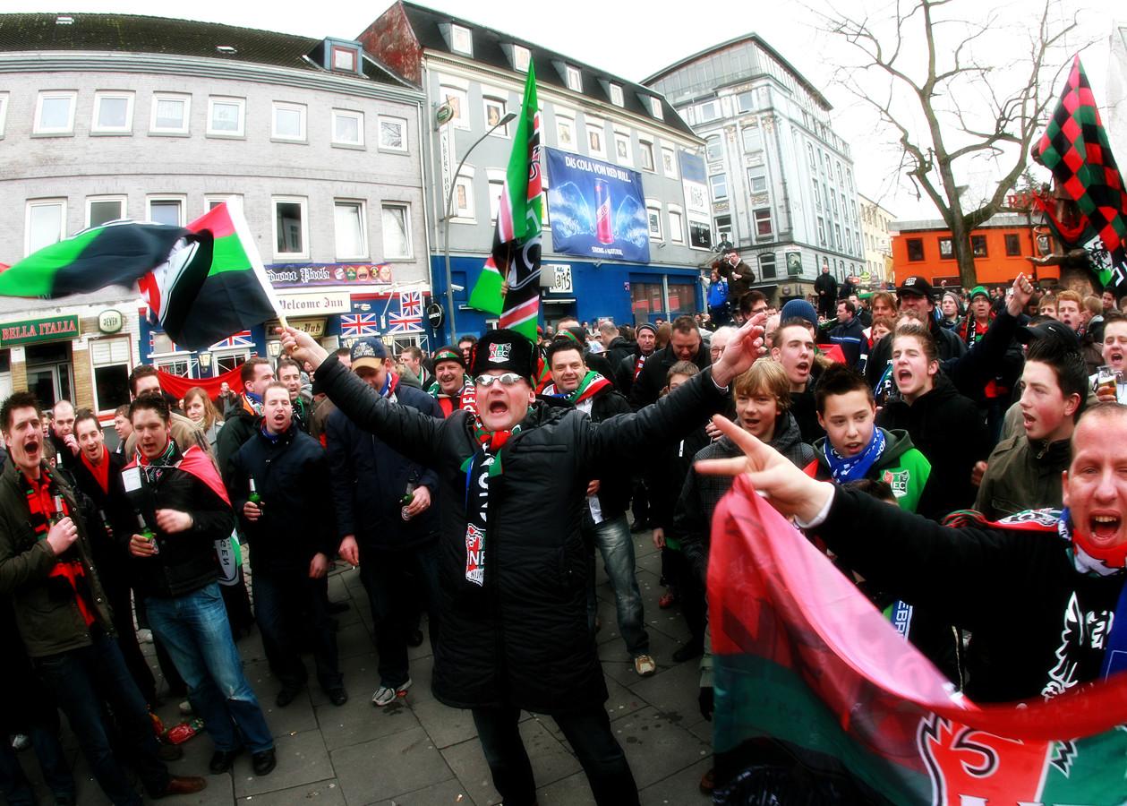 Feest op de Reeperbahn in Hamburg in 2009, met 'Schele Daan' voorop. Het lijkt inmiddels een eeuwigheid geleden voor de supporters van NEC.
