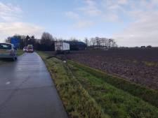 Weg Blokzijl-Marknesse tijdelijk dicht om vrachtwagen uit de klei te trekken