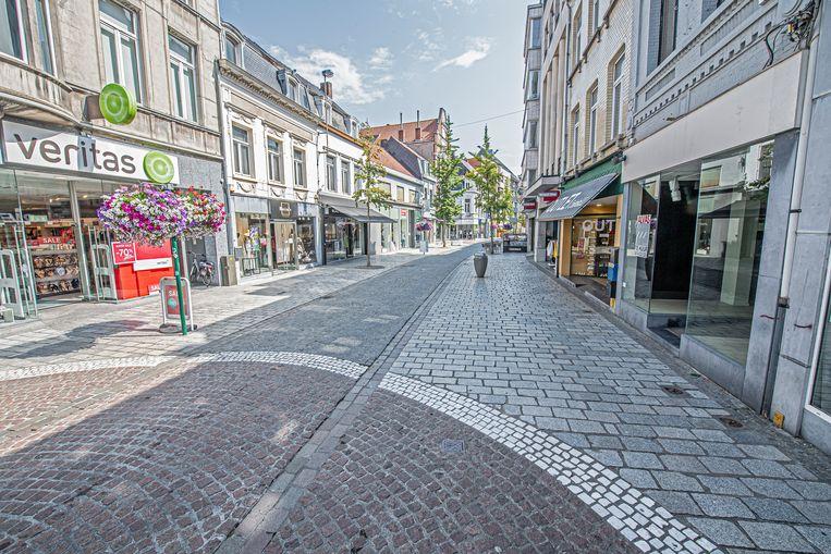 De Ooststraat lag er donderdag verlaten bij. Voor velen is het eenvoudigweg veel te warm om te shoppen, en zelfs om een terrasje te doen.