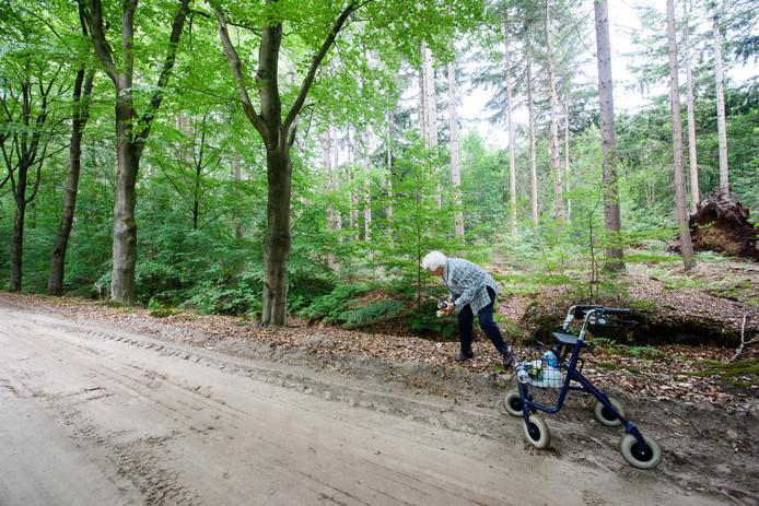 De 95-jarige Cato Smetsers-Machielsen ruimt al lopend met haar rollator rotzooi op in de natuur.