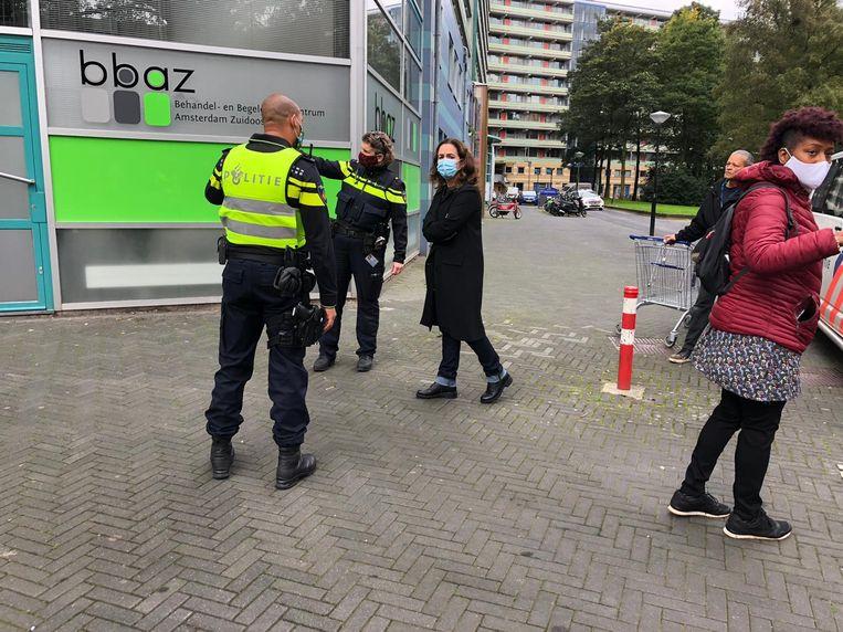 Burgemeester Halsema nam maandag poolshoogte bij twee beschoten woningen van de flat Groeneveen. Beeld Parool