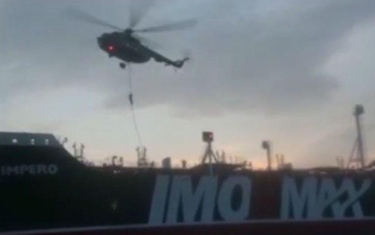 Een screenshot van het door Iran vrijgegeven filmpje waarop te zien is hoe beslag werd gelegd op Britse olietanker Stena Imperio.   Beeld AFP