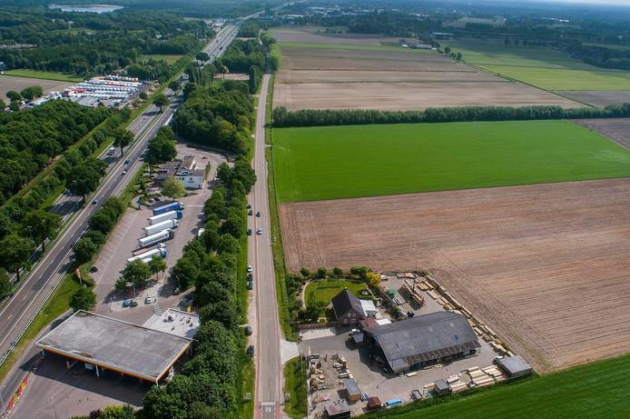Luchtfoto van het toekomstige bedrijventerrein Heesch-West, met links de A59 en wegrestaurant De Lucht.