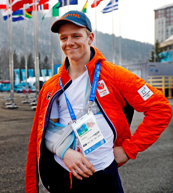 Snowboarder Niek van der Velden met de arm in de mitella na zijn val tijdens een training.