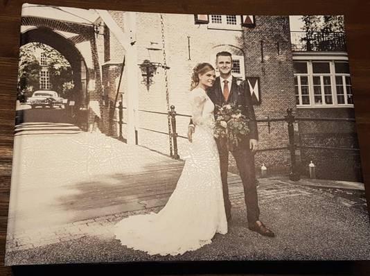 Feico en Evelien tijdens hun trouwdag voor Kasteel Maurick in Vught.