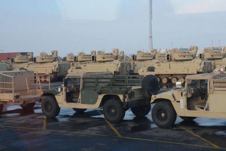 Op de terminal staat intussen een heel arsenaal aan gevechts- en pantservoertuigen.