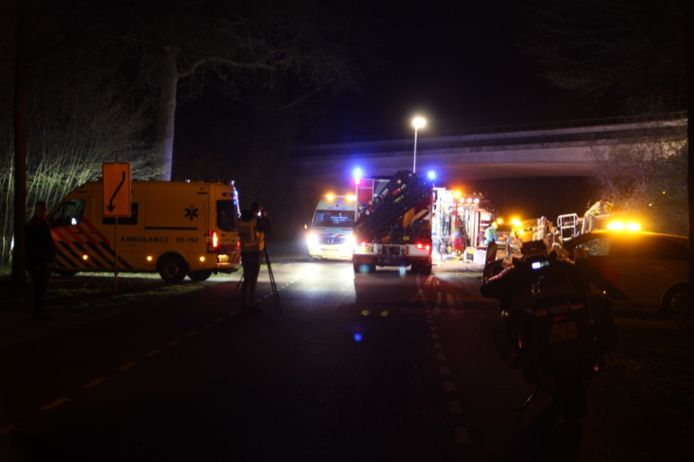 Hulpdiensten spoedden zich naar de Enterweg in Markelo, waar een bus op z'n kant ligt.