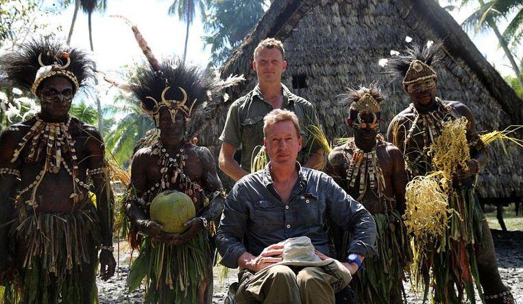 Frank Gardner (rolstoel) en Benedict Allen in Birds of Paradise. Beeld BBC