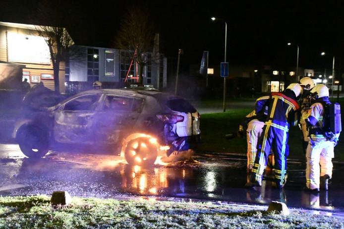 Auto vliegt al rijdend in brand in Enschede