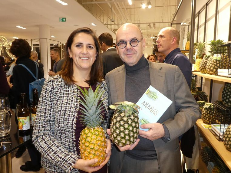 Meulenhoff Boekerij-uitgever Paloma Sanchez van Dijck, met ananasoorbellen, en redacteur Thijs Bartels, die ooit ananasbavaroise zag mislukken. 'Ananas en gelatine matchen niet.' Beeld Schuim