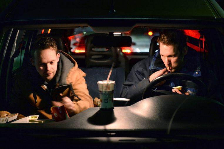 Bram en Sander eten zeker drie keer per maand bij de fastfoodafhaal langs de weg. Ze hebben lang te rijden en zijn laat thuis, daarom is dit een uitkomst. Beeld Marcel van den Bergh