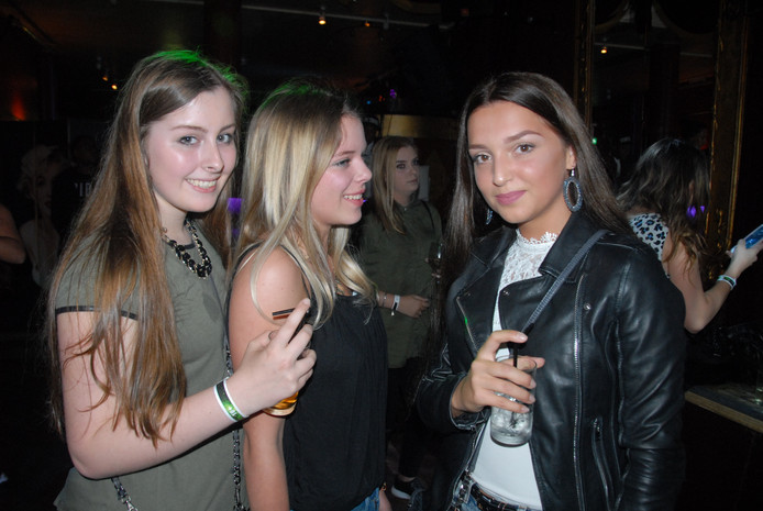 Kim van Cromvoirt (midden), omringd door enkele vriendinnen, vermaakte zich prima in Silva Ducis
