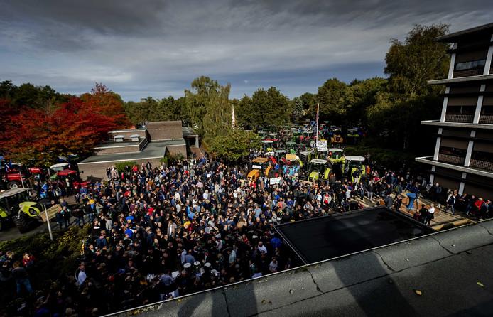 Boze boeren tijdens de protestactie bij het provinciehuis van Drenthe. Belangenbehartiger LTO Noord riep op tot de actie en eiste een opschorting van de beleidsregels rond stikstof.