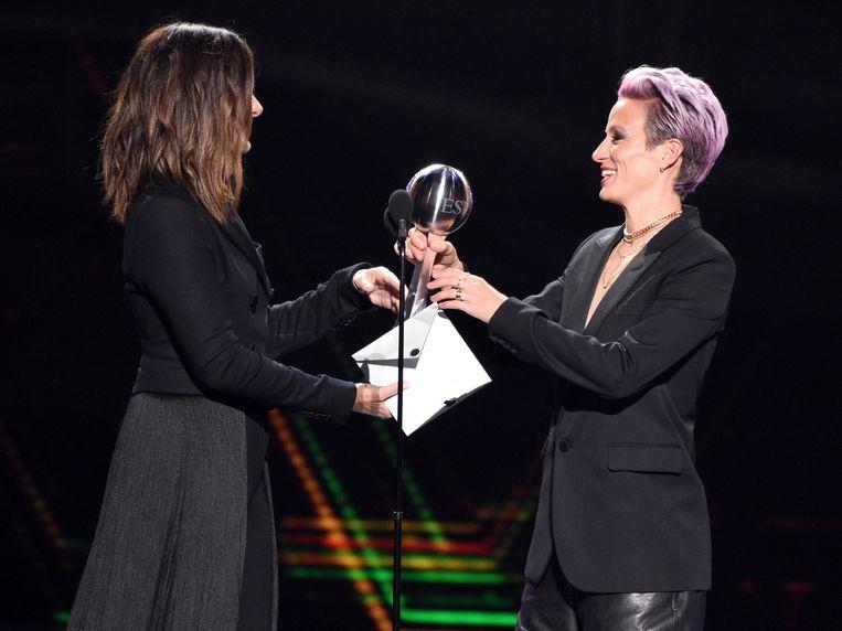 Rapinoe nam in naam van de Amerikaanse damesploeg de trofee voor 'Ploeg van het Jaar' in ontvangst.