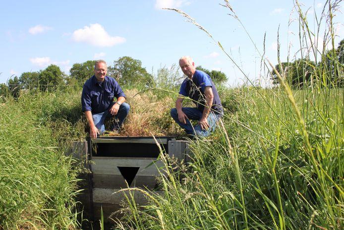 Rinus van Caam (l) en peilbeheerder Toon Oomen (r) van Brabantse Delta bij een stuw in het buitengebied tussen Etten-Leur en Sprundel. Het water staat hier veel lager dan je eind mei zou verwachten.