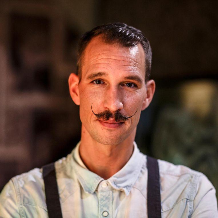 'Bij Hotel V werkt een lange ober met een opgekrulde snor die altijd lacht.' Beeld Carly Wollaert