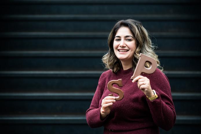 Armagan Önder met chocoladeletters. Ze wil dat iedereen van Sinterklaas kan genieten.