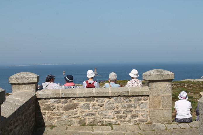 Grijze hoofdjes en zomerhoedjes op Pointe du Raz in Bretagne.