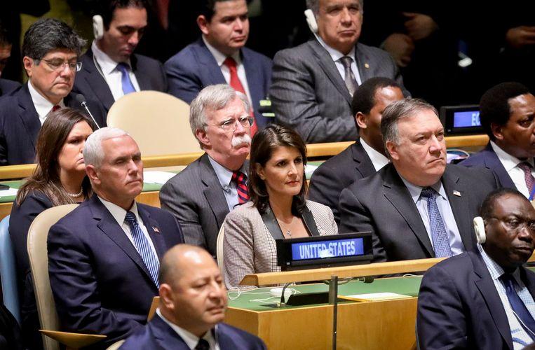 De zes centrale figuren op de foto zijn de Amerikaanse vicepresident Mike Pence, VN-ambassadeur Nikki Haley, Amerikaans minister van Buitenlandse Zaken Mike Pompeo, perswoordvoerster van het Witte Huis Sarah Sanders en adviseur nationale veiligheid John Bolton tijdens de toespraak van Donald Trump.