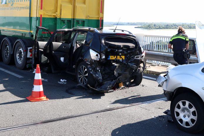 Een kettingbotsing tussen drie voertuigen vond vanmiddag plaats op de Ramspolbrug.