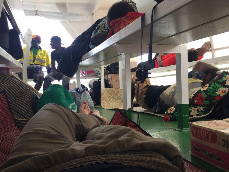 Languit liggend op de boot richting de Solomonseilanden. Beeld Iris Hannema