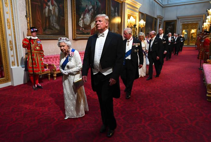Dit keer hield Trump het protocol wel in ere en liep de koningin niet voor de voeten.