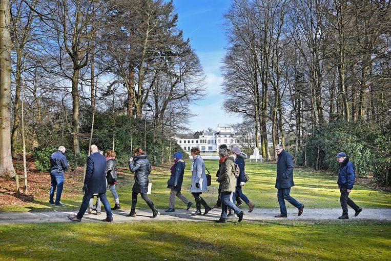 Dagjesmensen brengen bezoek aan Soestdijk.  Beeld Guus Dubbelman / de Volkskrant