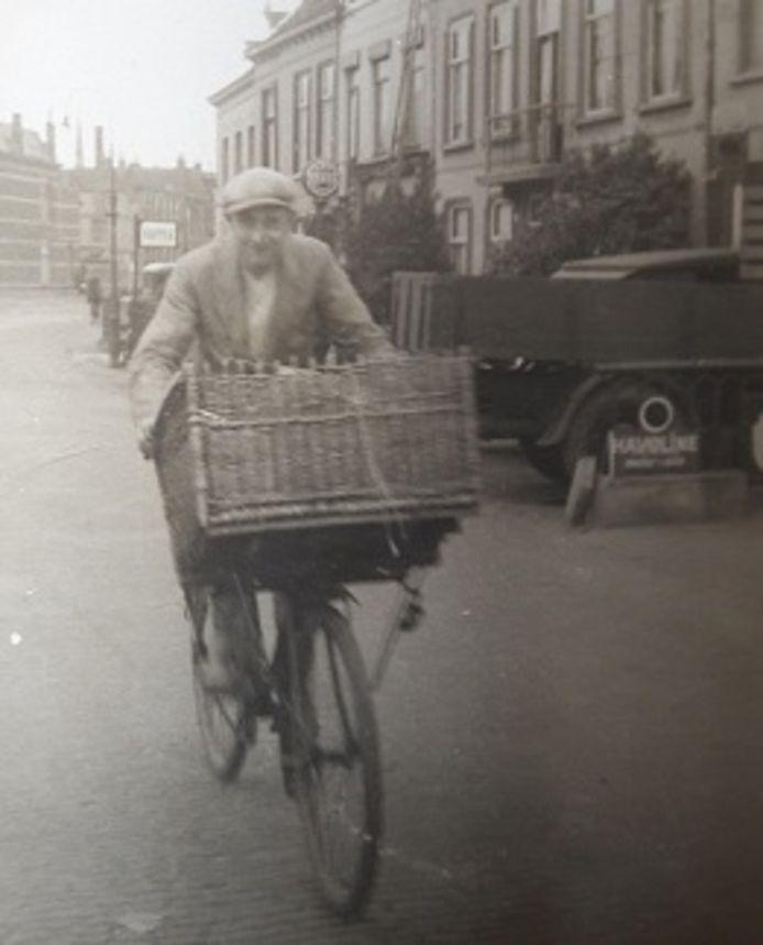 Piet Carton uit Dorst in de jaren dertig met bakkersfiets op de Teteringsedijk in Breda.