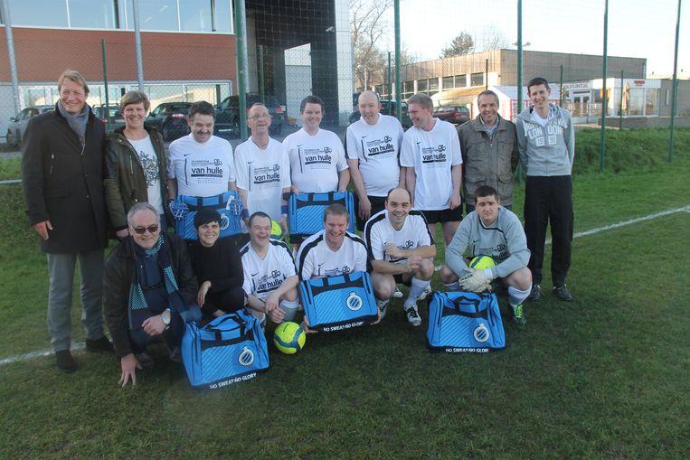 De voetbalploeg van Mivalti, met hun begeleiders en Stefaan Van Hulle.
