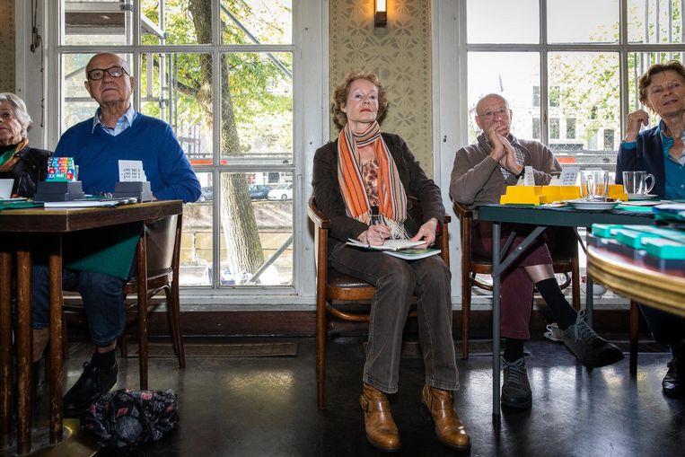 Cursist Tineke, met sjaal: 'Ik heb hier een groepje andere cursisten ontmoet. Eens in de week spelen we bij elkaar thuis.' Beeld Dingena Mol