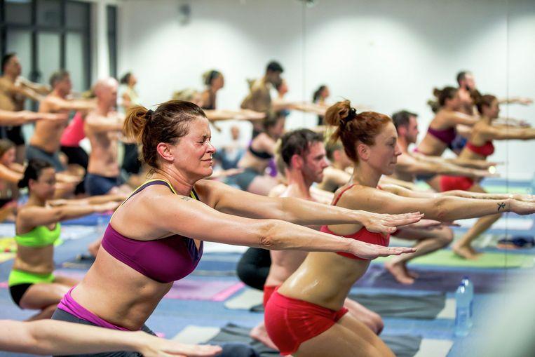 Karen Damen en Natalia tijdens een sessie Bikram-yoga voor het Vijf-programma 'Perfect?'