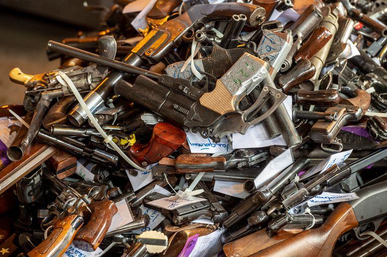 De verzamelde wapens op de terreinen van ArcelorMittal.