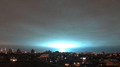 """""""Nee, geen aliens in New York"""": explosie veroorzaakt vreemd helblauw licht boven de stad"""
