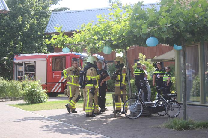 Brandweerlieden bij de woning aan de Aalscholverweg in Apeldoorn.