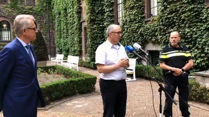 De Rotterdamse burgemeester Ahmed Aboutaleb vertelt over zijn besluit in de tuin van het Stadhuis.