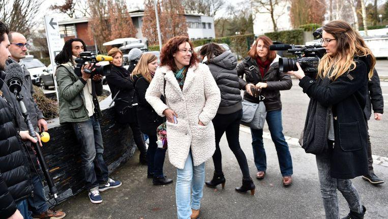Een Franse vrouw die meedeed aan een eerdere testronde van de nieuwe pijnstiller komt voor een medische controle aan bij het Biotrial laboratorium. Beeld afp
