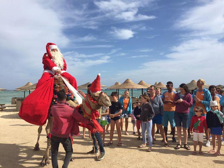 Koen Hallaert, verkleed als kerstman, op het strand in Egypte.