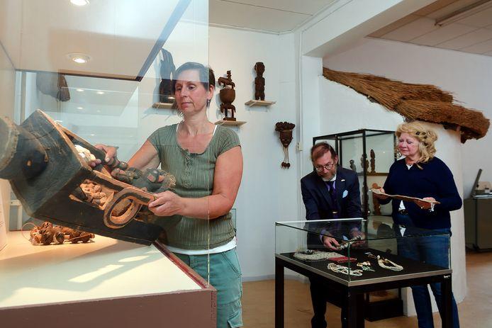 Het Natuurhistorisch en Volkenkundig museum mag eindelijk weer open... met een nieuwe expositie. Lieselotte Bolder(l) en Marcel en Ellen Deelen(r) zijn druk bezig met de inrichting.