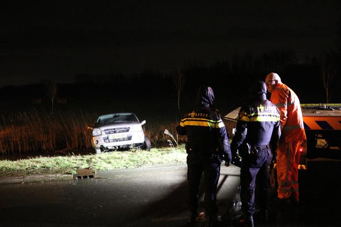 De auto wordt uit het water gehaald door een berger, langs de Cotherweg in Langbroek woensdagavond.